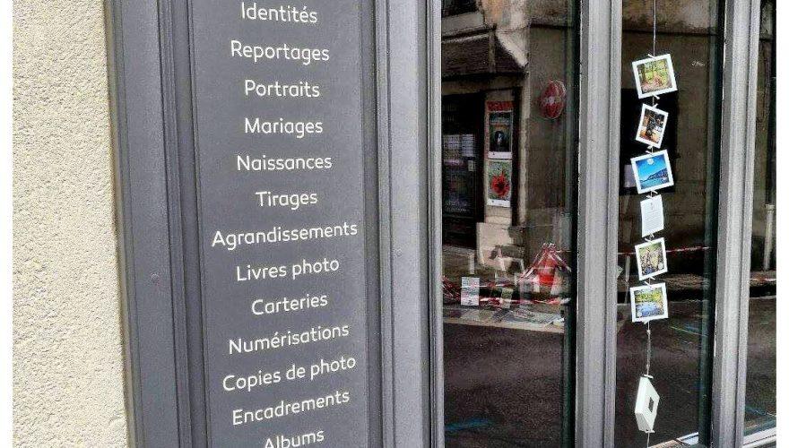 décoration magasin découpe adhésive teinté masse