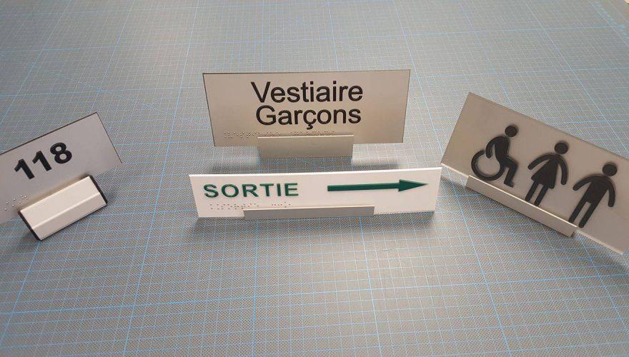 Plaque de porte en PVC plexi pictogramme lettre relief