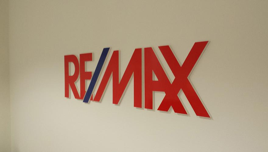 Signalétique intérieure logo en lettres découpées relief